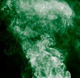 abstrakcjonistyczna tła czerń palenia chmura wytwarzał wielkiego zieleni kadzidło jak spojrzeń dymna substancja toksyczna Obrazy Royalty Free