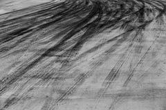 Abstrakcjonistyczna tła czerni opona tropi na cementowej drodze, opona ślad Zdjęcia Royalty Free
