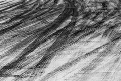 Abstrakcjonistyczna tła czerni opona tropi na cementowej drodze, opona ślad Zdjęcia Stock