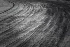 Abstrakcjonistyczna tła czerni opona tropi na cementowej drodze, opona ślad Fotografia Stock