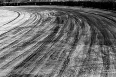 Abstrakcjonistyczna tła czerni opona tropi na cementowej drodze, opona ślad Zdjęcie Stock