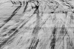 Abstrakcjonistyczna tła czerni opona tropi na cementowej drodze, opona ślad Obrazy Royalty Free