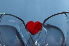 Abstrakcjonistyczna tło tekstura dwa połówki łamająca szklana waza na błękitnym tle fotografia stock
