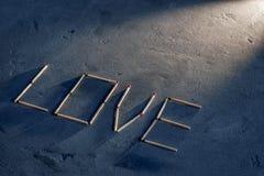Abstrakcjonistyczna tekstura beton i błękitny farba tynk Na teksturze dopasowania układali w postaci słowo miłości Selekcyjna ost zdjęcie royalty free