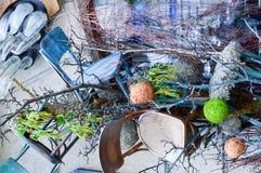 Abstrakcjonistyczna tekstura rozpraszał w chaotycznym przypadkowym rozkazie gałąź i drewno plamy z roślinami i drewnianymi siedze obrazy stock