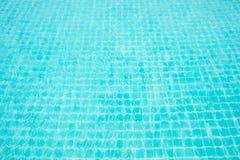 Abstrakcjonistyczna wizerunek powierzchnia błękitna pływackiego basenu woda Fotografia Royalty Free