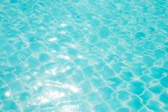 Abstrakcjonistyczna wizerunek powierzchnia błękitna pływackiego basenu woda Zdjęcie Stock