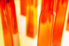 Abstrakcjonistyczna zamazana fotografia textured czerwieni i jasnego szklane butelki ja Zdjęcie Stock