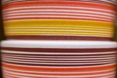 Abstrakcjonistyczne kolorowe linie na glinianych garnkach Obraz Stock