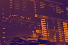 Abstrakcjonistyczne pieniężne akcyjne liczby sporządzają mapę z wykresem i stertą monety w Dwoistego ujawnienia stylu tle Obraz Stock