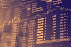 Abstrakcjonistyczne pieniężne akcyjne liczby sporządzają mapę z wykresem i stertą monety w Dwoistego ujawnienia stylu tle Fotografia Stock