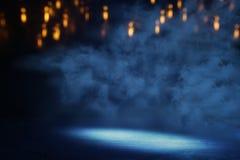 Abstrakcjonistycznego ciemnego koncentrata pod?ogowa scena z mg??, mg?a, ?wiat?o reflektor?w lub pokaz, fotografia stock