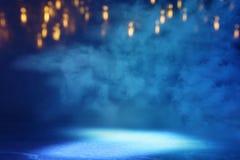 Abstrakcjonistycznego ciemnego koncentrata pod?ogowa scena z mg??, mg?a, ?wiat?o reflektor?w lub pokaz, obraz royalty free