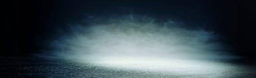 Abstrakcjonistycznego ciemnego koncentrata pod?ogowa scena z mg??, mg?a, ?wiat?o reflektor?w lub pokaz, sztandar obraz royalty free