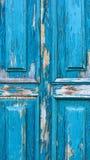 Abstrakcjonistycznego drewnianego tła drewniany drzwi z pęknięciami na błękitnym farba tynku Fotografia Royalty Free