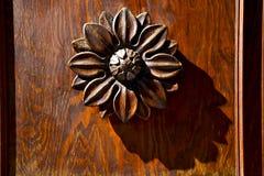 Abstrakcjonistycznego kwiatu mosiężny brown knocker Varese Italy Zdjęcia Royalty Free