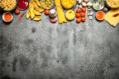 abstrakcjonistycznego makaronu tła konsystencja żywności Różnorodny makaron z pikantność i warzywami Obraz Royalty Free