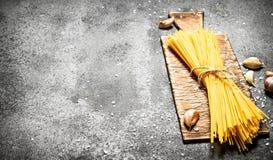 abstrakcjonistycznego makaronu tła konsystencja żywności Spaghetti na starej desce z czosnkiem Zdjęcie Royalty Free