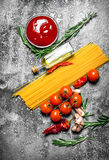 abstrakcjonistycznego makaronu tła konsystencja żywności Spaghetti z pomidorowym kumberlandem, pikantność i oliwa z oliwek, Obraz Royalty Free
