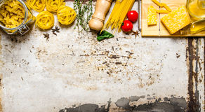 abstrakcjonistycznego makaronu tła konsystencja żywności Suchy makaron z warzywami, pieczarkami, serem i ziele, Zdjęcie Stock