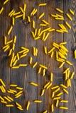 abstrakcjonistycznego makaronu tła konsystencja żywności Surowy penne na ciemnego drewnianego tła odgórnym widoku Obraz Stock