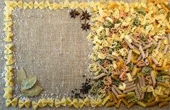 abstrakcjonistycznego makaronu tła konsystencja żywności Uwalnia przestrzeń dla teksta Rigatoni, fusilli, wermiszel, creste Zdjęcie Stock