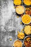 abstrakcjonistycznego makaronu tła konsystencja żywności Wiele różny makaron w pucharach Zdjęcia Stock