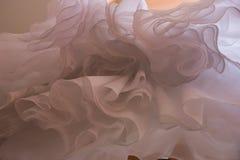 Abstrakcjonistycznego nadwieszenia ślubna suknia Niezwykły oddolny kąta widok fotografia stock