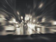 Abstrakcjonistycznego tła miasta drogi nocy sceny miastowego postu napędowy samochód, lekkiej prędkości ruchu plama Zdjęcia Stock