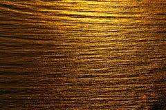 Abstrakcjonistycznego tła zmierzchu odbicia Złoty niepokój na wodzie zdjęcie royalty free