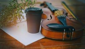 Abstrakcjonistycznej sztuki projekta tło klasyczny skrzypce i łęk stawia dalej drewnianego szalunku parteru fotografia royalty free