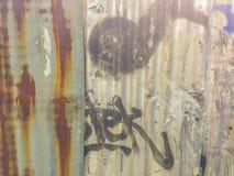 Abstrakcjonistyczni graffiti na galwanizującej panwiowej żelaznej metalu prześcieradła kipieli Fotografia Stock