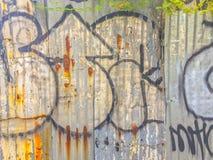 Abstrakcjonistyczni graffiti na galwanizującej panwiowej żelaznej metalu prześcieradła kipieli Obraz Stock