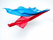 Abstrakcjonistyczni kawałki błękitny i czerwony tkaniny latanie Obrazy Stock
