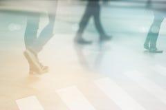 Abstrakcjonistyczni ludzie ulicznego spaceru w miasta, pastelu i plamy pojęciu, Obraz Stock
