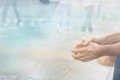 Abstrakcjonistyczni ludzie ulicznego spaceru w miasta, pastelu i plamy pojęciu, Obrazy Royalty Free