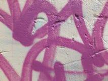 Abstrakcjonistyczni purpurowi graffiti na bielu malowali ściana z cegieł Zdjęcia Royalty Free