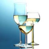 Abstrakcjonistyczni win szkła, tła przyrodni błękit, przyrodni biel obraz royalty free