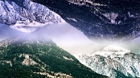 Abstrakcjonistyczny antena krajobraz dwa śnieżnej góry z lustrzanym skutkiem animacja Surrealistyczny do góry nogami odzwierciedl zbiory
