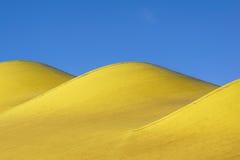 abstrakcjonistyczny architektoniczny szczegół nowożytna architektura, kolorów żółtych panel na budynek fasadzie Obrazy Stock