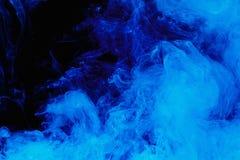 Abstrakcjonistyczny błękit chmury wzór bielu dym na czarnym tle Fotografia Royalty Free