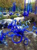 Abstrakcjonistyczny Błękitny Dmuchający Szklany rzeźba ogród Zdjęcie Royalty Free