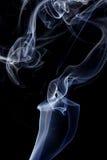 Abstrakcjonistyczny biały błękita dym od aromatycznych kijów Zdjęcie Royalty Free