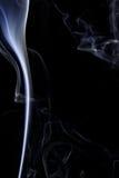 Abstrakcjonistyczny biały błękita dym od aromatycznych kijów Zdjęcie Stock