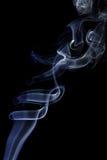 Abstrakcjonistyczny biały błękita dym od aromatycznych kijów Fotografia Royalty Free
