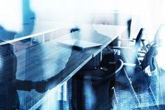 Abstrakcjonistyczny biznesowy uścisku dłoni tło z pokojem konferencyjnym Pojęcie partnerstwo i praca zespołowa Fotografia Stock