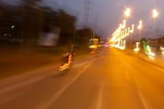 Abstrakcjonistyczny bokeh zamazywał prędkości żaluzja na nocy drodze i tęsk zdjęcia stock