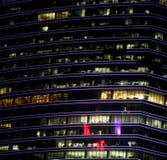 Abstrakcjonistyczny budynek biurowy przy nocą Obrazy Royalty Free