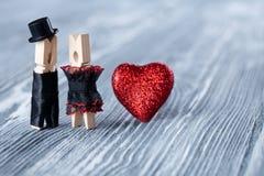 Abstrakcjonistyczny clothespin fornal, panna młoda i Poślubiający, valentines dnia zaproszenia karta Zdjęcie Stock