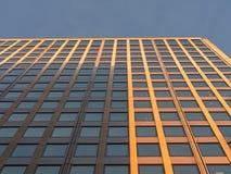 Abstrakcjonistyczny czerep współczesna architektura Niskiego kąta perspektywiczny widok mordern budynku biurowego powierzchowność zdjęcia royalty free